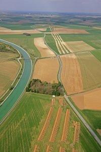 Marques laissées par les diagnostics archéologiques sur le tracé du canal Seine-Nord Europe © VNF