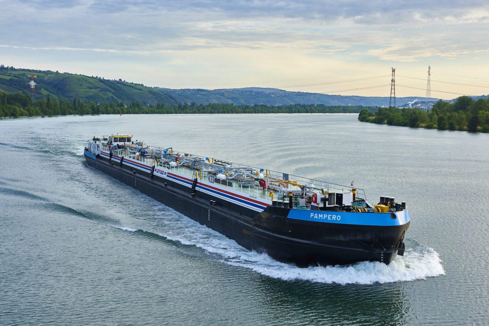 Transport d'hydrocarbure sur le Rhone. ©VNF Damien Lachas